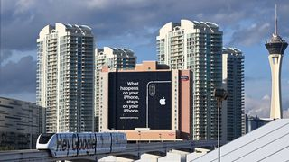 "Foto av et digert reklameskilt Apple fikk satt opp under CES 2019-messen i januar. Med påstanden ""What happens on your iPhone, stays on your iPhone""."