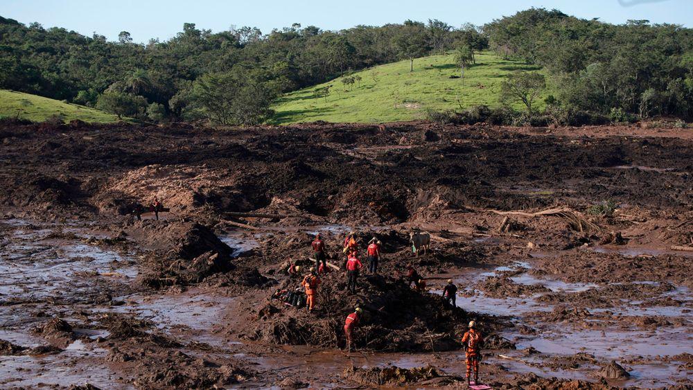 Foreløpige tall viser at 279 mennesker er savnet og 65 døde etter at en demning brast i delstaten Minas Gerais i Brasil.