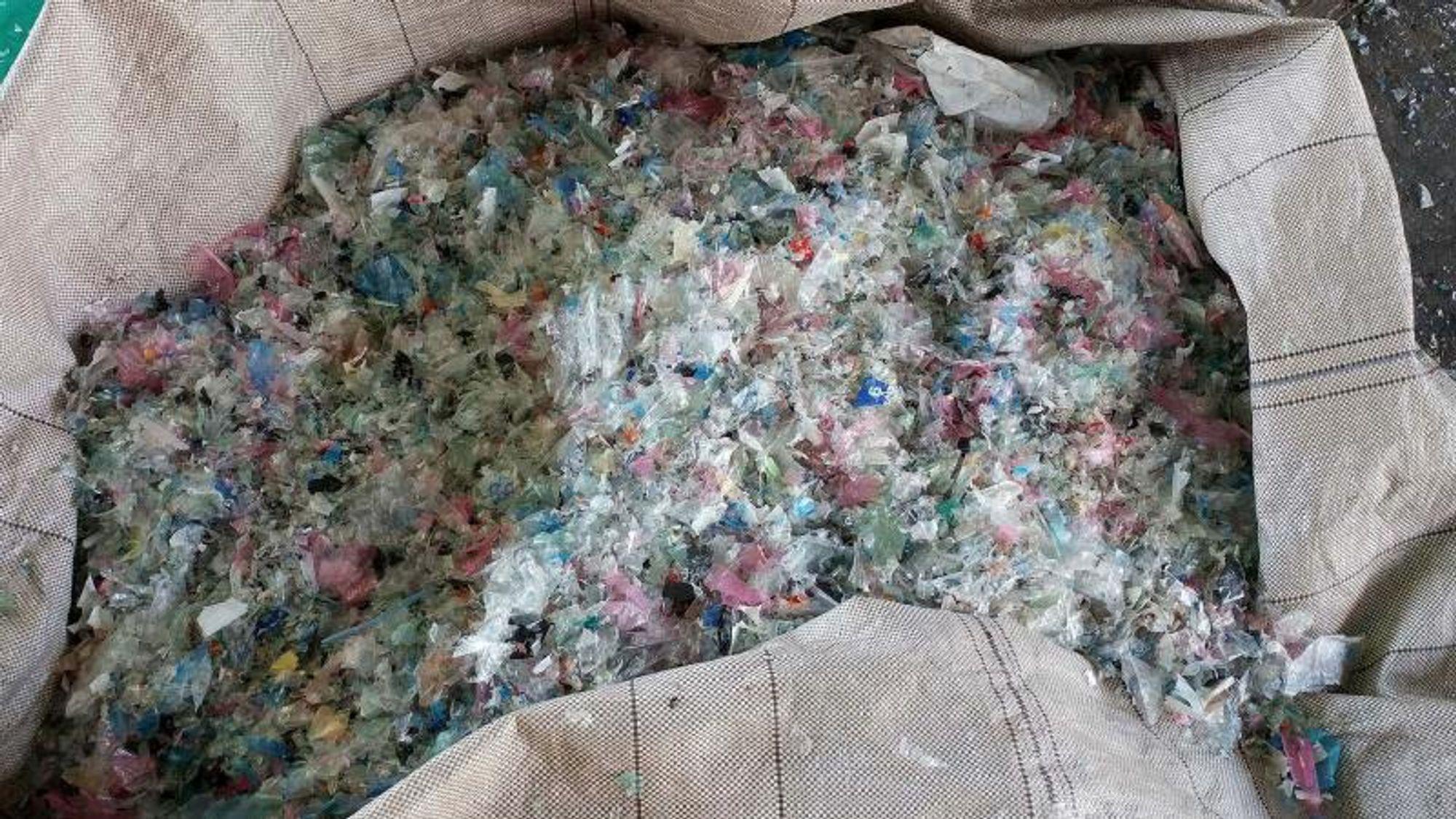 Kinas forbud mot import av plastavfall inneholder et smutthull: Kina tar gjerne imot avfallsplast som er ren og helst forarbeidet. Det har gjort for eksempel Malaysia til et land hvor gjenbruksfabrikker sorterer og vasker avfall i håp om å få det gjennom den kinesiske grensekontrollen.