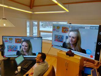 NRK har startet prøvesendinger med TV over 4G/5G-nettet. Fra pressekonferanse. To store TV-er i bakgrunnen.