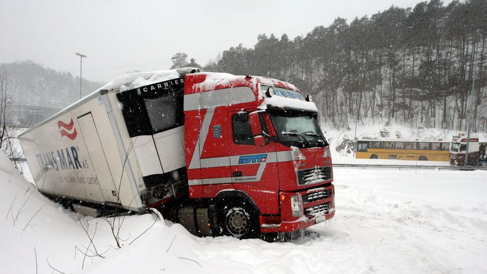 Utenlandske tunge godsbiler har tre ganger så høy risiko for å bli involvert i eneulykker sammenlignet med norske tunge godsbiler, viser en undersøkelse. Forskerne trekker fram særlig to risikofaktorer: Erfaring med og kompetanse på å kjøre på norske veier og vinterkjøring.
