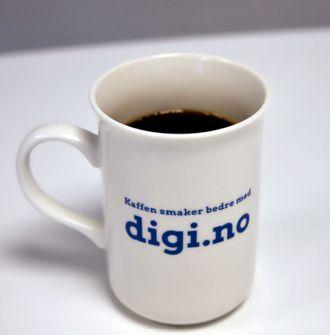 """Foto av digi-kopp, med skriften """"Kaffen smaker bedre med digi.no""""."""