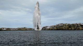 Video: Her detonerer Forsvaret torpedoer fra KNM Helge Ingstad