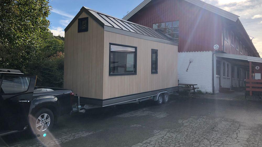 Høsten 2018 ble minihuset, som er montert på en båthenger, fraktet fra Sørum til Trondheim. Nå er det oppgradert med smarthusløsninger.