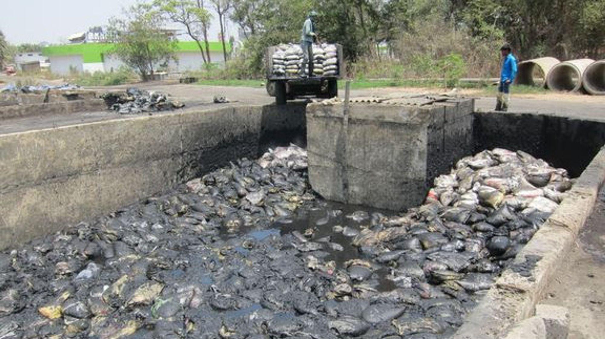 Blandet industrielt plastavfall i Gujarat i India.