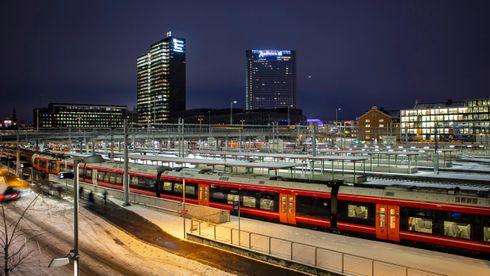 Illustrasjonsfoto av Oslo S med tog og perronger. Posthuset og Radisson Blu Plaza i bakgrunnen.