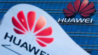 Huawei-logo på og utenfor et Huawei-kontorbygg.