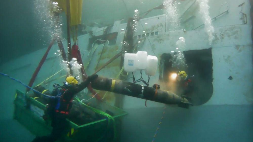Fjerning av torpedoene har vært en del av forberedelsene til hevingen av KNM Helge Ingstad. Nå sier forsvarsministeren at hevingen trolig starter torsdag.