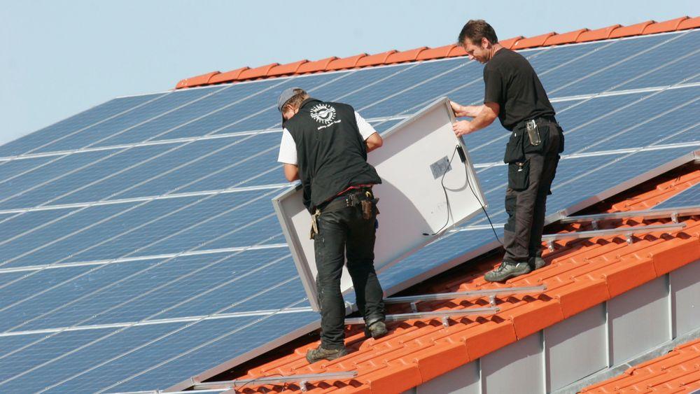 Fornybar energi opplever enorm vekst i Tyskland. Her monteres solcellepaneler i Bredstedt. Foto: Hartmut Schwarzbach / Argus/Samfoto