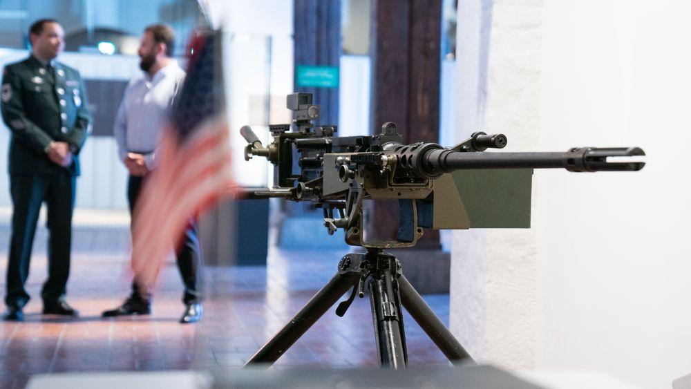 Norges nye mitraljøse, M2A2N, på utstilling under en kontraktsignering på Forsvarsmuseet.
