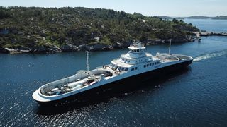 MF Møkstrafjord er en av fergene som måtte bytte ut batterimoduler på grunn  av defekt kjøling.  Fergen har plass til 130 PBE og 299 passasjerer.