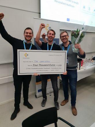Olle Nyberg (Tieto), Jonas Therkelsen (Blockchangers) og Jon Ramvi (Blockchangers) poserer med sjekken på 4000 euro som de vant.