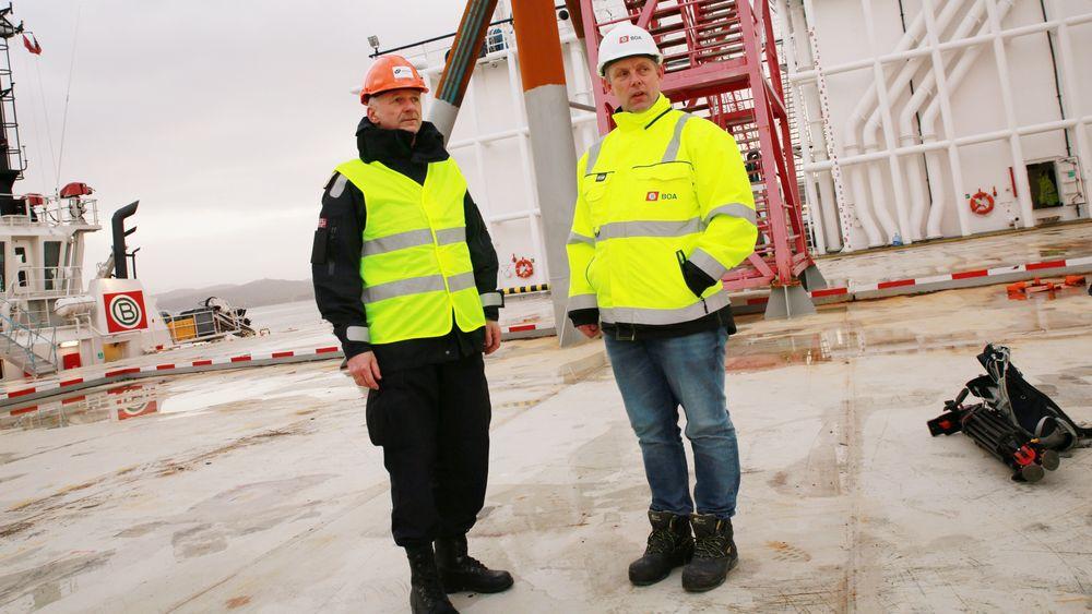 Anders Penna (til hoyre) leder den kompliserte operasjonen med å få hevet KNM Helge Ingstad. Her står han sammen med sjefen for Forsvarsmateriells maritime kapasiteter, Thomas T. Wedervang, under en pressebrief i januar i forbindelse med bergingsarbeidet.