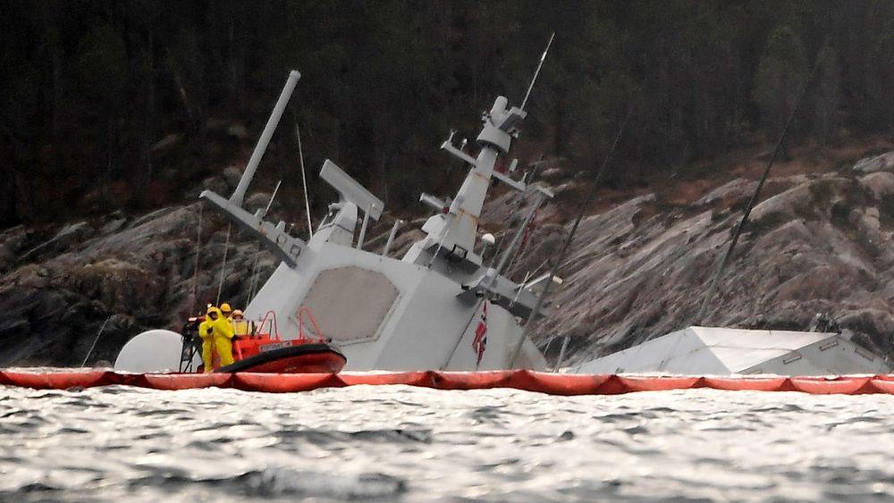 KNM Helge Ingstad har ligget under vann siden 8. november i fjor. Alt er i teorien klart for heving, men først må været bli bedre.