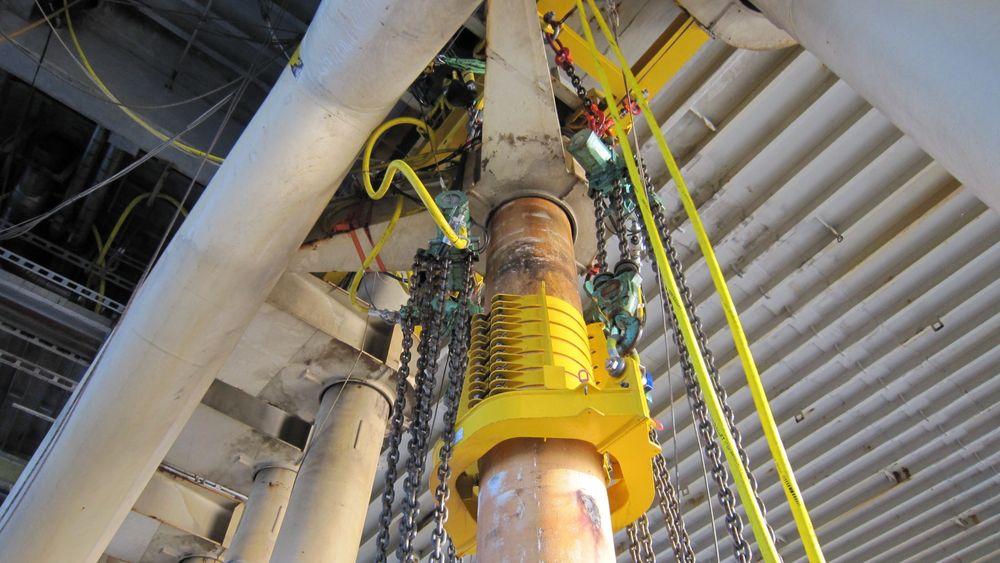 Selvutviklede friksjonsklammer ble løsningen, for å bytte caissonene på en billigere måte. Siden de da kunne heise rørene ombord på plattformen, og slapp å bruke støttefartøy, sparte de også store CO2-utslipp.
