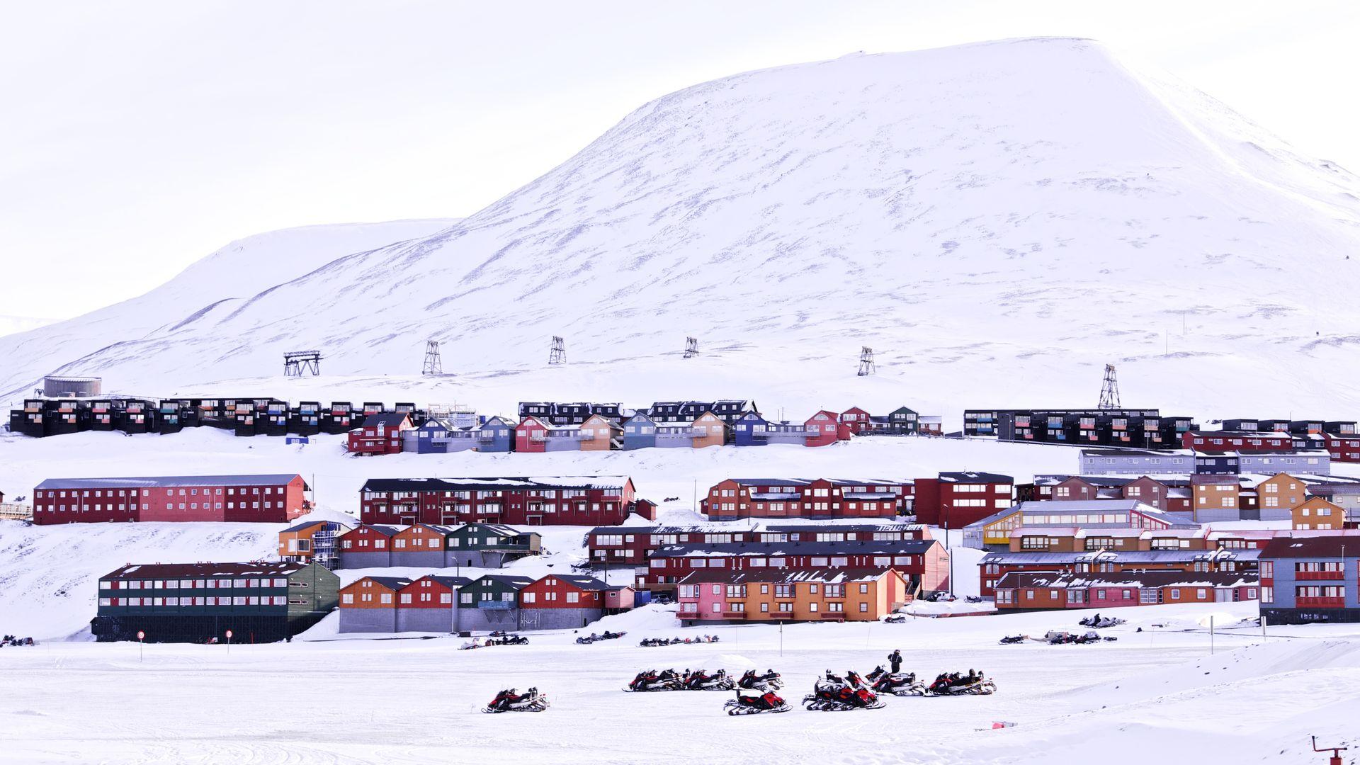 Mye av bebyggelsen på Svalbard er dårlig isolert, og svært mye energi kan spares ved å etterisolere boligene og næringsbyggene.