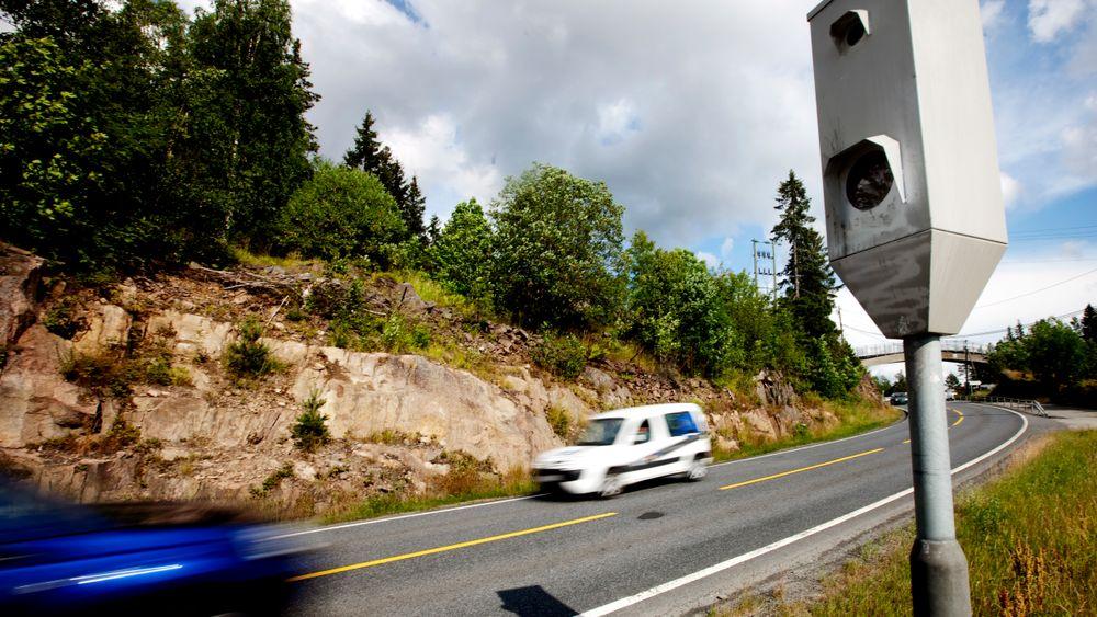 Selv om halvparten som kjører for fort forbi en fotoboks, slipper straff, sørger boksene for rundt 200 millioner kroner i inntekter til statskassen.