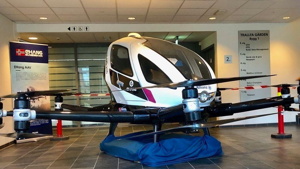 Ehang 216 har 16 rotorer, fordelt på åtte armer. Den kan løfte 220 kilo og har plass til to passasjerer. Norsk oljebransje er interessert i å se hva den, eller fremtidige droner, kan bidra med på norsk sokkel.