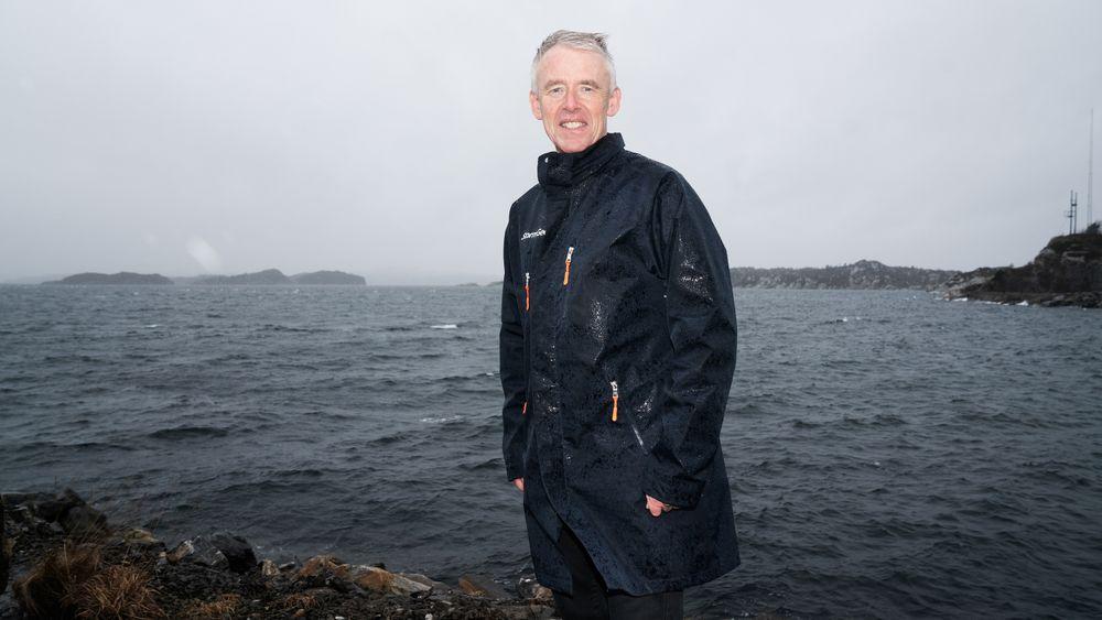 Meteorolog Roar Hansen i Storm Geo står i horisontalt regn på Hanøytangen på Askøy utenfor Bergen. Han er ansvarlig for å sikre best mulig væranalyse frem mot heving av fregatten Helge Ingstad, som havarerte 8. november i fjor. Forsvaret er avhengig av 6 dager med godvær.