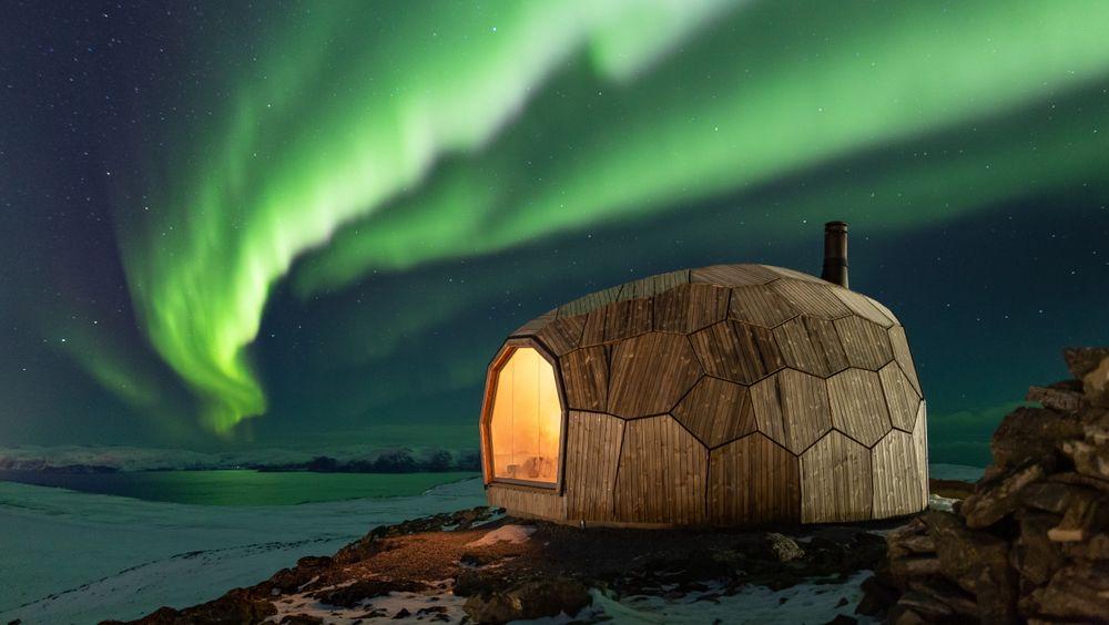 Da Den Norske Turistforening skulle bygge dagshytte i Hammerfest var det viktig med et værbestandige design, og et bærekraftig materialvalg.
