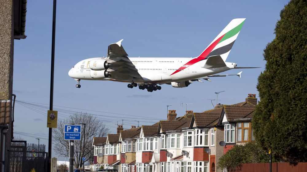 Et A380 fra Emirates går inn for landing på Heathrow i London.