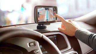 En relativt ny GPS-mottaker fra TomTom, montert i en bil.