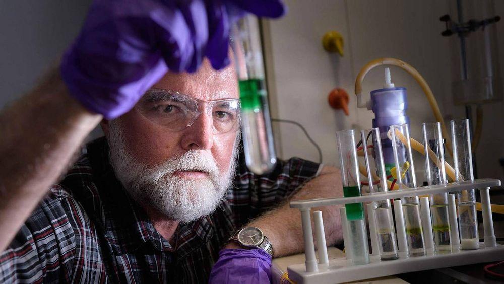 John Cushman mener han har funnet fram til en måte å gi batterier strøm på, som gjør det unødvendig med lading.