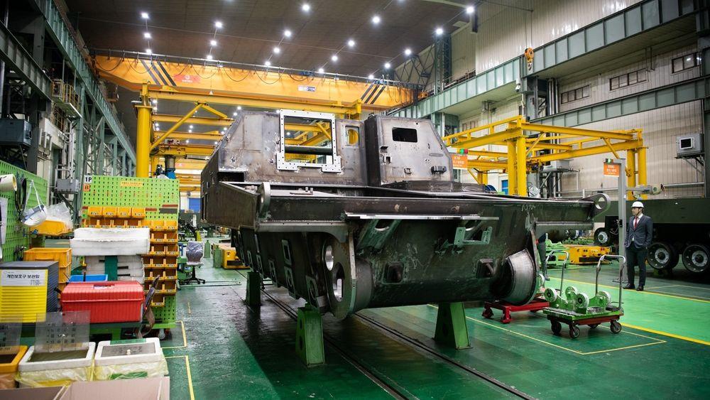 Den første norske K9-artillerivogna på Hanwha-fabrikken. Den skal være ferdigbygget i løpet av mars.