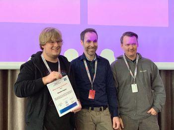 Bendik Hagen (til venstre) stakk av med seieren i årets Master of Cyber Security-konkurranse. Gjermund Marqvardsen (midten) og Oddvar Moe har laget spørsmålene til konkurransen.
