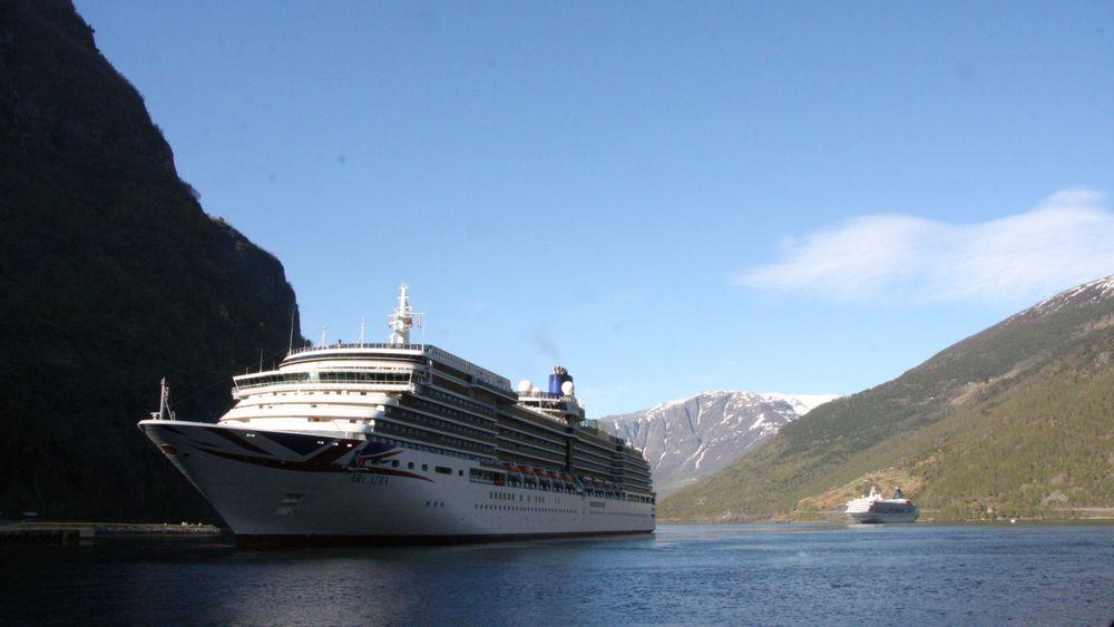 MV Arcadia fra 2004 tilhører Carnivals rederi P&O er her på vei ut fra Flåm. Skipet har seks Wärtsilä dieselmotorer med samlet effekt på 52 MW og sengeplass til drøyt 2000 passasjerer.