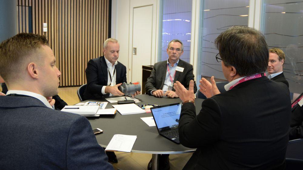 Teknologidirektør i Equinor, Anders Opedal, studerer modellen til Otechos under én til én-samtaler med selskapet.