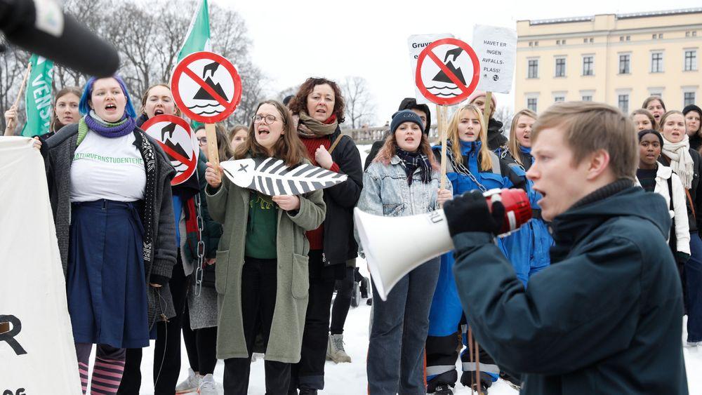 Natur og Ungdom demonstrerte fredag foran slottet, mot regjeringens plan for gruvedrift i Kvalsund i Finnmark.