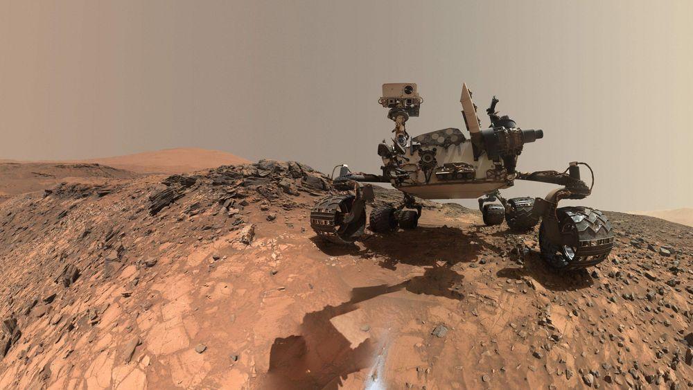 Dette fotografiet som ble tatt i nærheten av Mount Sharp på Mars i juni i fjor, er et selvportrett tatt med et av Curiositys egne kameraer. Etter seks år på planeten kan kjøretøyet nå ta på seg nye oppgaver.