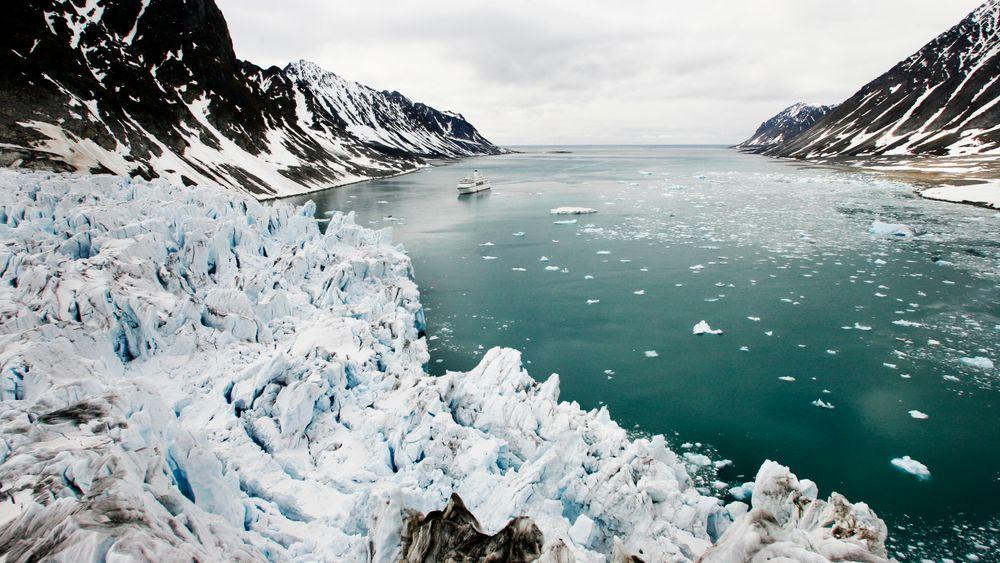 Isbre ved Magdalenefjorden på Svalbard. Bedrede satellittdata avslører at verdens isbreer er 18 prosent mindre enn tidligere antatt.