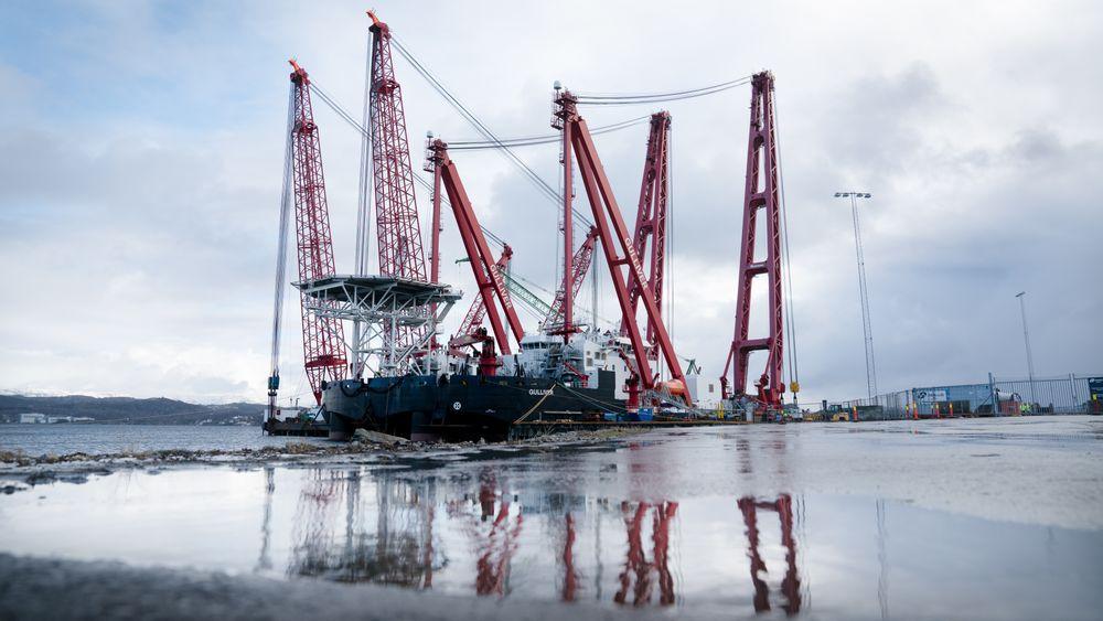 Kranlekterne Rambiz og Gulliver i havn på Hanøytangen tirsdag 12. februar. Her venter de på stabilt vær så fregatthevingen kan begynne.