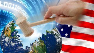 En dommerklubbe knuser en jordklode, med amerikansk flagg og binærkode i bakgrunnen.