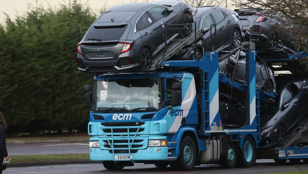 Et vogntog forlater Hondas fabrikk i Swindon. Den japanske bilgiganten  kunngjør tirsdag nedleggelsen av fabrikken, som er Hondas eneste i EU.