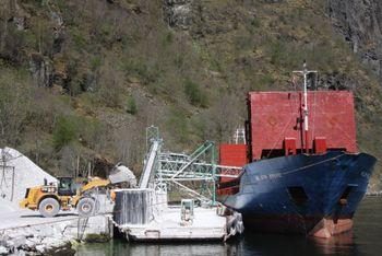 Wilson bulkskip laster stein i Gudvangen.