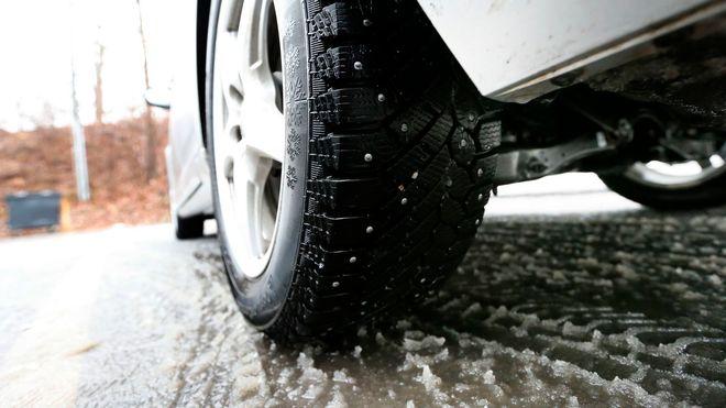 Faktisk.no: Man kan ikke si at biler med piggfrie vinterdekk er oftere involvert i trafikkulykker
