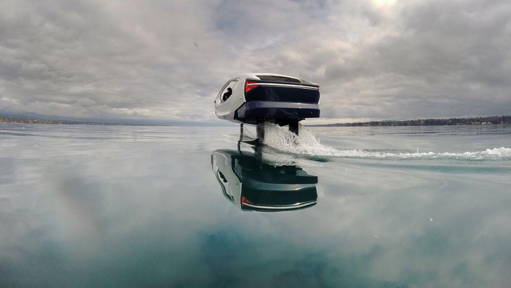 Den strømdrevne poden flyr fram over vannet på to bæreplan, eller foiler. Løsningen gir et svært lavt energiforbruk.