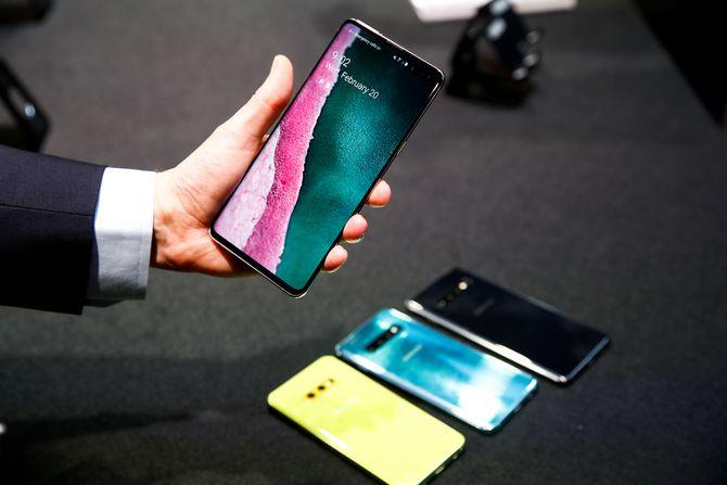 En journalist holder den nye Samsung Galaxy S10-telefonen på et pressearrangement i London.