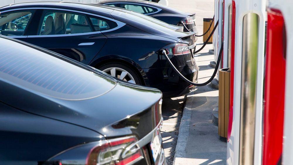 Det er usikkert om stadig flere bytter inn Teslaen i ladbar hybrid eller dieselbil.