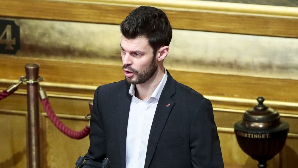 Rødt-leder Bjørnar Moxnes ber Stortinget ta stilling til et forslag om strakstiltak mot vogntog på norske veier.