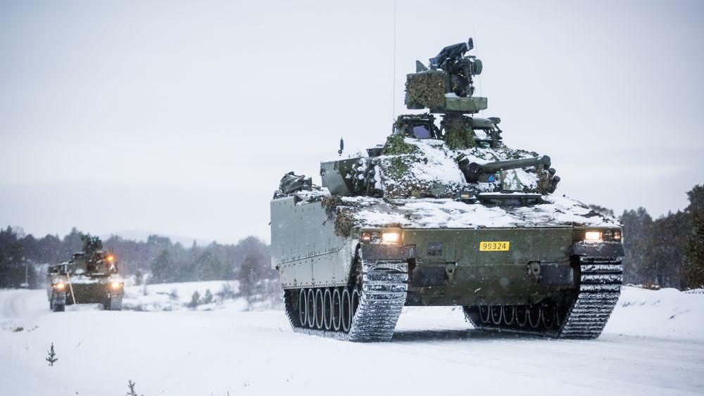 To CV90 stormpanservogner fra Telemark Bataljon på Tolga under Trident Juncture i fjor høst.