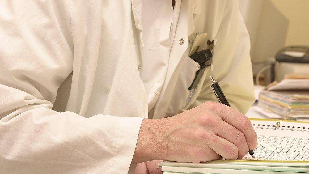 Dette bildet av en sykehuslege ved Ullevål sykehus som fører en pasientjournal for hånd, er tatt våren 2000. Men vi er ennå langt fra at de digitale systemene i helse-Norge fungerer som de bør, mener TUs kommentator.