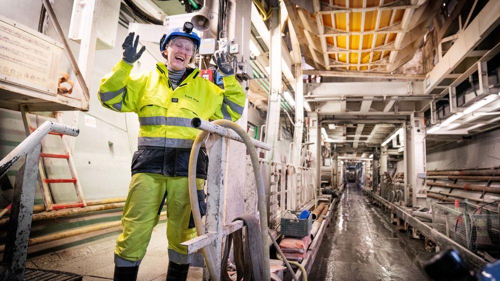 100 meter under bakken, på den bakre enden av en av de fire tunnelboremaskinene, forklarer prosjektleder i Bane Nor, Anne Kathrine Kalager, hvordan TBMene har boret seg sørover langs Follobane-traseen.