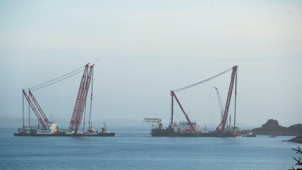 Lekterene Rambiz og Gulliver ligger ved siden av fregatten. Søndag var kranlekterne og annet utstyr til stedet der den havarerte fregatten Helge Ingstad ligger i Hjeltefjorden.