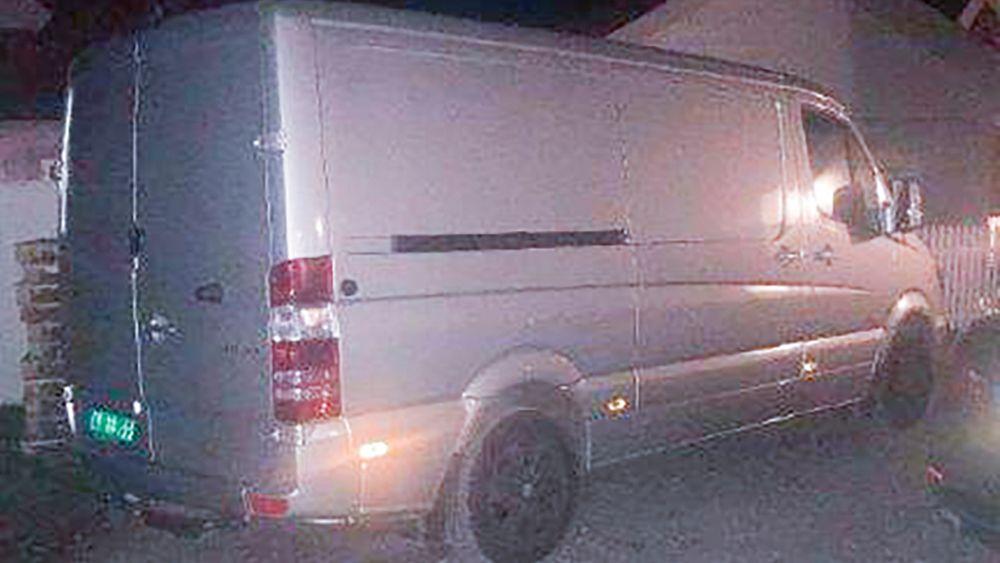 Politiet etterlyser en Mercedes Sprinter som ble stjålet fra Lørenskog stasjon. Bilen er en 2018-modell med registreringsnummer CV 88344. Lasten inneholder medikamenter til sykehus i Norge, inkludert en beholder med det svært giftige stoffet cyanid.