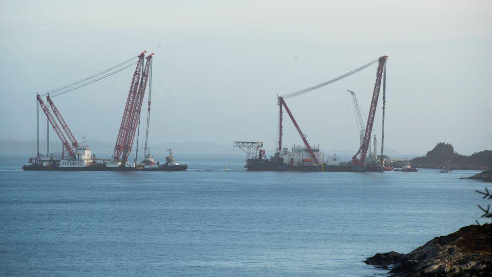 Kranlekterne Rambiz og Gulliver ligger klare til å starte arbeidet med å heve den forliste fregatten Helge Ingstad.