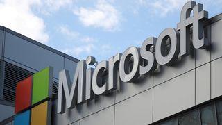 Microsofts logo på bygning.